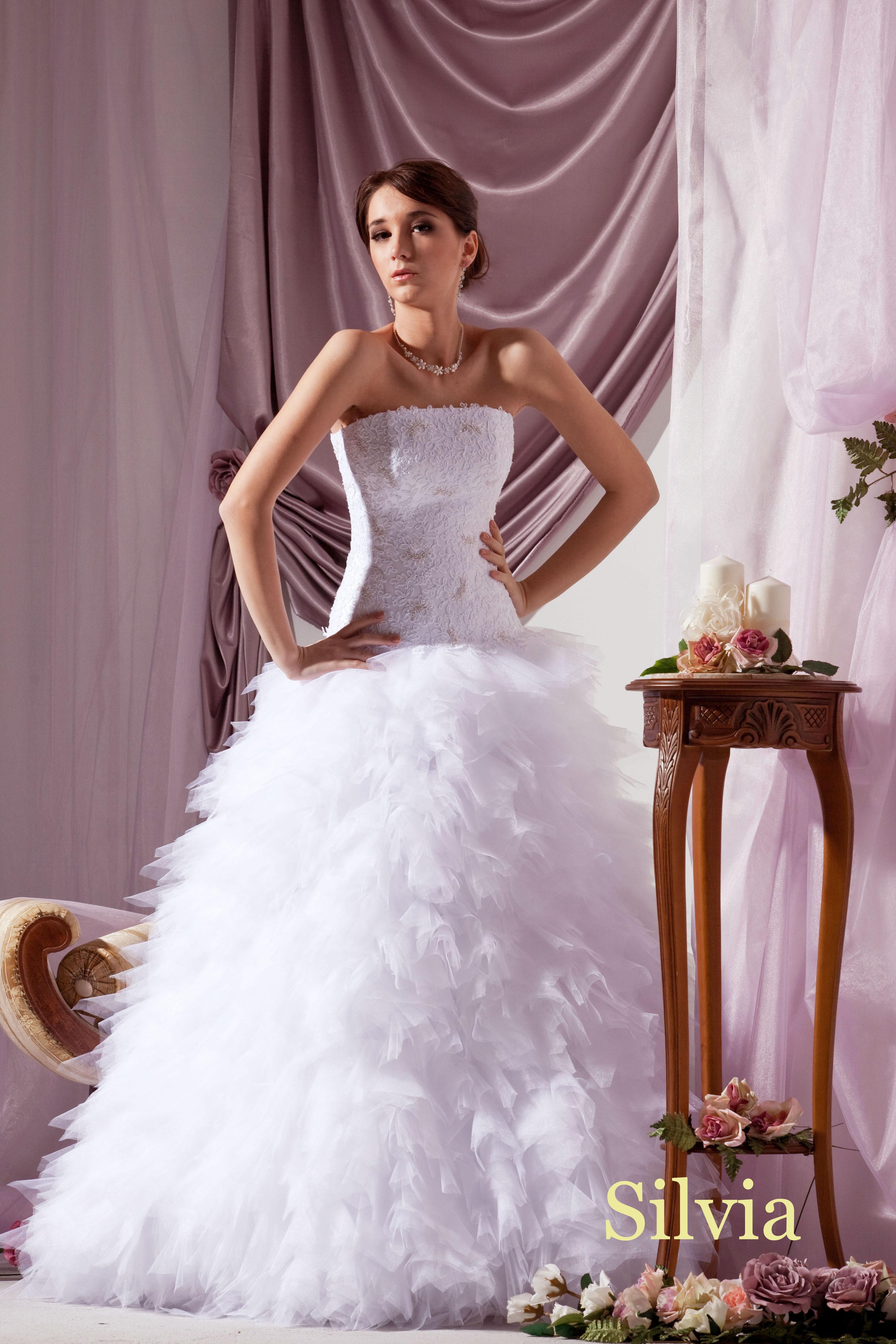 Каталог свадебных салонов в Сургуте и интернет-магазинов свадебных платьев и аксессуаров к ним. Посмотрите фотографии платьев, цены и отзывы